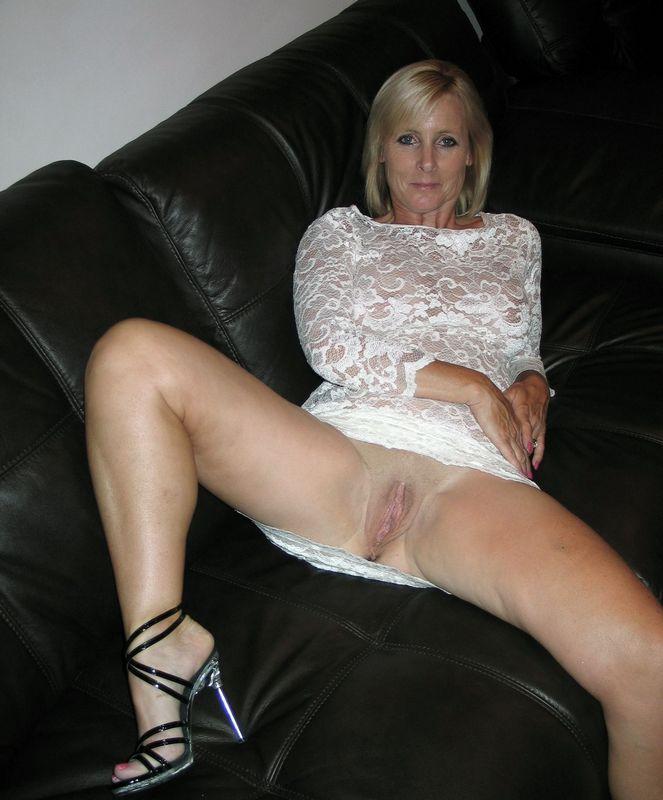 Домашние телки расставили ноги